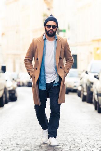 Outfits hombres: Ponte un abrigo largo marrón claro y unos vaqueros azul marino para las 8 horas. Tenis blancos contrastarán muy bien con el resto del conjunto.