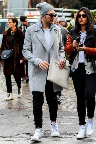Cómo combinar un gorro gris: Elige un abrigo largo gris y un gorro gris para un look agradable de fin de semana. Tenis de cuero blancos son una opción inmejorable para complementar tu atuendo.