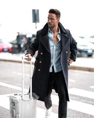Cómo combinar: abrigo largo azul marino, camisa vaquera celeste, pantalón chino negro, tenis blancos