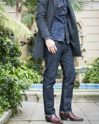 Cómo combinar una camisa vaquera azul marino: Elige una camisa vaquera azul marino y unos vaqueros azul marino para conseguir una apariencia relajada pero elegante. Si no quieres vestir totalmente formal, haz botas camperas de cuero burdeos tu calzado.