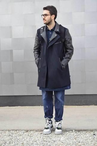 Cómo combinar unos vaqueros desgastados azul marino: Empareja un abrigo largo azul marino junto a unos vaqueros desgastados azul marino para conseguir una apariencia relajada pero elegante. ¿Quieres elegir un zapato informal? Haz zapatillas altas de cuero grises tu calzado para el día.