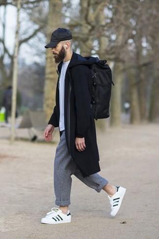 Cómo combinar: abrigo largo negro, camiseta con cuello circular blanca, pantalón chino de lana gris, tenis de cuero en blanco y negro