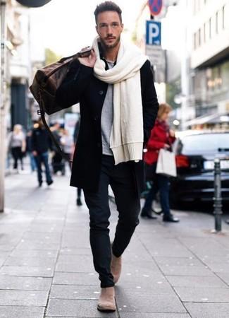 Cómo combinar: abrigo largo negro, camiseta con cuello circular gris, pantalón chino azul marino, botines chelsea de ante en beige