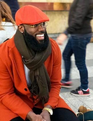 Cómo combinar: abrigo largo naranja, camiseta con cuello circular blanca, pantalón chino negro, gorra inglesa naranja