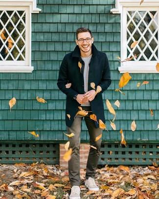 Cómo combinar un pantalón chino marrón en otoño 2020: Emparejar un abrigo largo negro junto a un pantalón chino marrón es una opción perfecta para un día en la oficina. ¿Quieres elegir un zapato informal? Opta por un par de tenis en beige para el día. Es una opción fantastica para transitar el otoño.