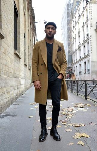 Cómo combinar: abrigo largo verde oliva, camiseta con cuello circular negra, pantalón chino negro, botas formales de cuero negras
