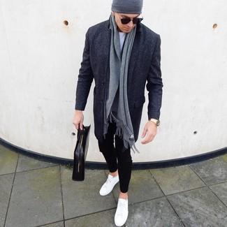 Cómo combinar: abrigo largo en gris oscuro, camiseta con cuello circular blanca, pantalón chino negro, tenis de cuero blancos
