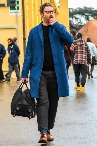 Cómo combinar un bolso baúl de cuero negro para hombres de 40 años: Emparejar un abrigo largo azul marino junto a un bolso baúl de cuero negro es una opción buena para el fin de semana. ¿Te sientes valiente? Elige un par de zapatos derby de cuero en tabaco.
