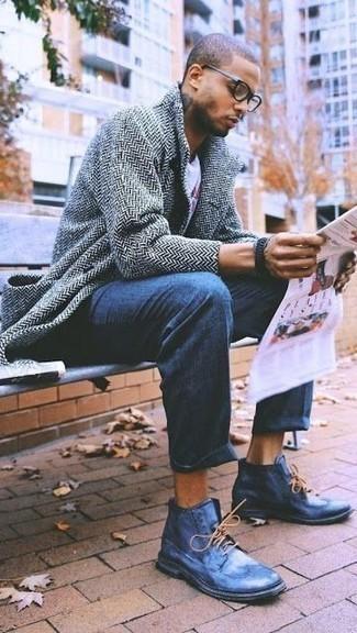 Cómo combinar una camiseta con cuello circular estampada blanca: Intenta combinar una camiseta con cuello circular estampada blanca junto a un pantalón chino azul para un look diario sin parecer demasiado arreglada. ¿Te sientes valiente? Completa tu atuendo con zapatos brogue de cuero azules.