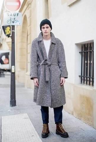 Cómo combinar un abrigo largo de espiguilla gris: Considera ponerse un abrigo largo de espiguilla gris y un pantalón chino azul marino para lograr un estilo informal elegante. Botas para la nieve de cuero marrónes añadirán un nuevo toque a un estilo que de lo contrario es clásico.