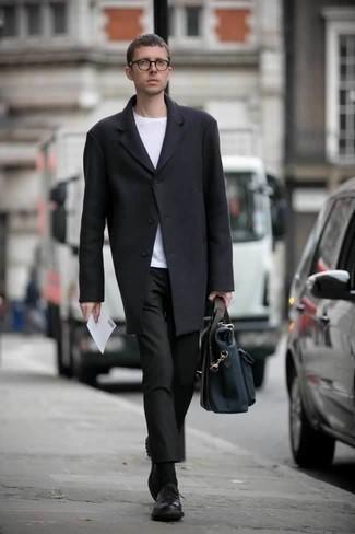 Cómo combinar un portafolio de lona azul marino: Emparejar un abrigo largo negro con un portafolio de lona azul marino es una opción inmejorable para el fin de semana. ¿Te sientes valiente? Completa tu atuendo con zapatos derby de cuero negros.
