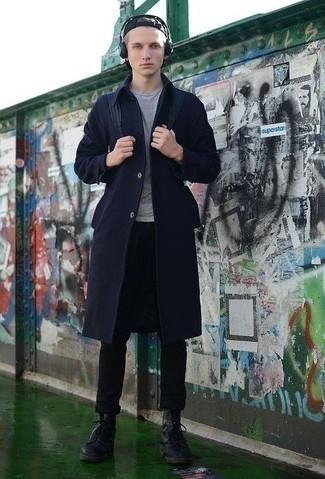 Cómo combinar unas botas casual de cuero negras: Intenta combinar un abrigo largo azul marino junto a un pantalón chino negro para el after office. Botas casual de cuero negras son una opción buena para complementar tu atuendo.