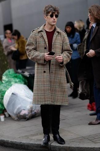 Outfits hombres en clima frío: Usa un abrigo largo de tartán marrón claro y un pantalón chino negro para lograr un look de vestir pero no muy formal. Luce este conjunto con botines chelsea de cuero negros.