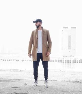 Cómo combinar una gorra de béisbol: Un abrigo largo marrón claro y una gorra de béisbol son una opción buena para el fin de semana. ¿Quieres elegir un zapato informal? Usa un par de deportivas grises para el día.