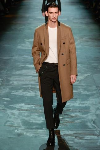 Cómo combinar: abrigo largo marrón claro, camiseta con cuello circular blanca, pantalón de vestir negro, botas formales de cuero negras