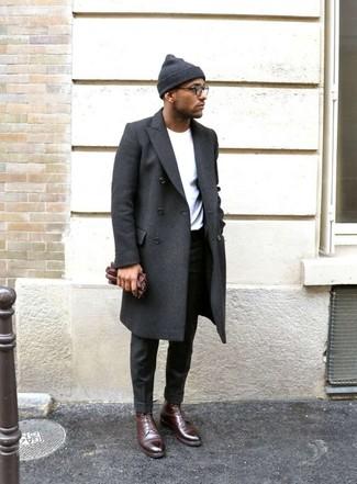Cómo combinar un pantalón de vestir en gris oscuro: Ponte un abrigo largo en gris oscuro y un pantalón de vestir en gris oscuro para un perfil clásico y refinado. Botas formales de cuero burdeos son una opción excelente para complementar tu atuendo.