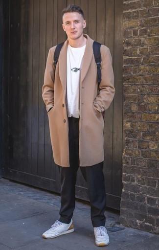 Cómo combinar unos tenis de cuero blancos estilo casual elegante: Intenta ponerse un abrigo largo marrón claro y un pantalón de vestir negro para una apariencia clásica y elegante. ¿Quieres elegir un zapato informal? Elige un par de tenis de cuero blancos para el día.