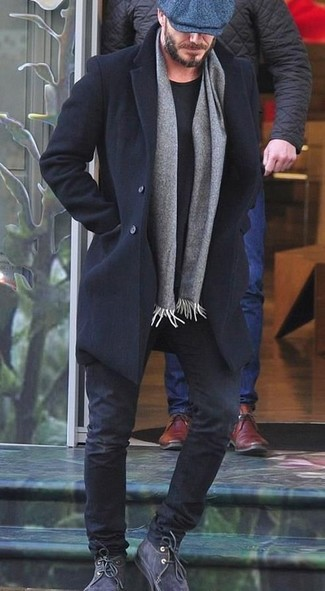 Cómo combinar: abrigo largo negro, camiseta con cuello circular negra, vaqueros negros, botas safari de ante en gris oscuro