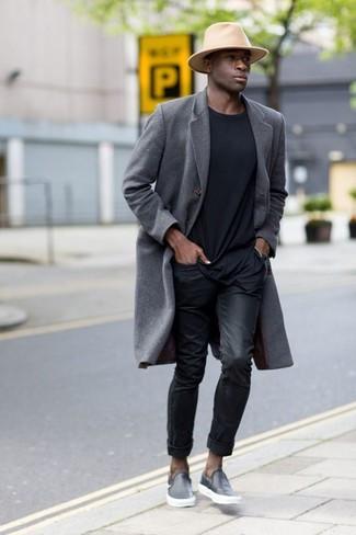 Cómo combinar: abrigo largo gris, camiseta con cuello circular negra, vaqueros negros, zapatillas slip-on de cuero negras