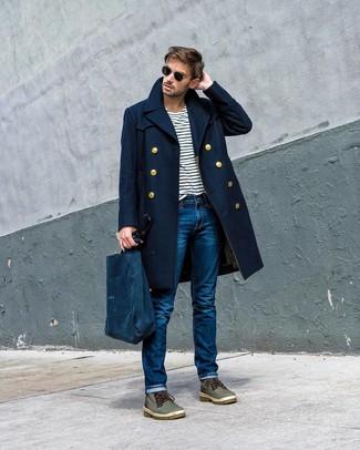 Cómo combinar: abrigo largo azul marino, camiseta con cuello circular de rayas horizontales en blanco y azul marino, vaqueros azules, botas casual de cuero verde oliva
