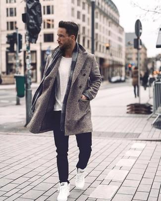 Cómo combinar una bufanda a cuadros gris: Empareja un abrigo largo a cuadros gris con una bufanda a cuadros gris para un look agradable de fin de semana. Zapatillas altas blancas son una opción atractiva para complementar tu atuendo.