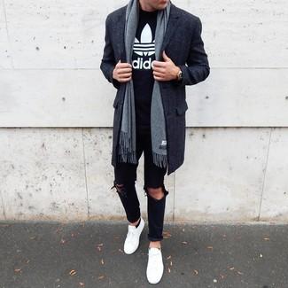 Cómo combinar unos calcetines invisibles negros: Emparejar un abrigo largo en gris oscuro con unos calcetines invisibles negros es una opción estupenda para el fin de semana. Tenis blancos son una sencilla forma de complementar tu atuendo.