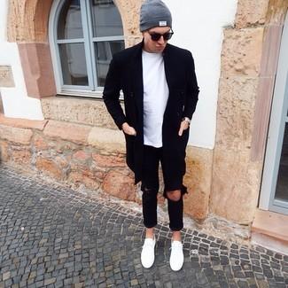 Cómo combinar: abrigo largo negro, camiseta con cuello circular blanca, vaqueros desgastados negros, tenis blancos