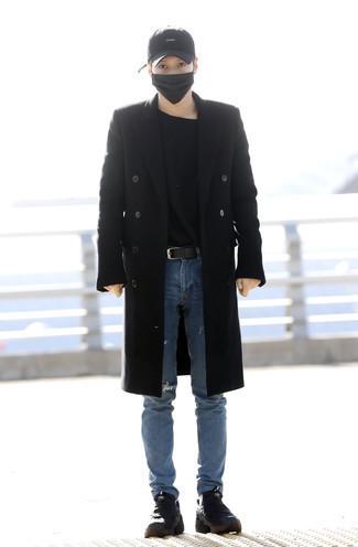Cómo combinar un abrigo largo negro: Opta por un abrigo largo negro y unos vaqueros desgastados azules para una apariencia fácil de vestir para todos los días. Para darle un toque relax a tu outfit utiliza botas de trabajo de lona negras.