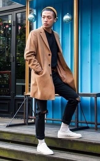 Cómo combinar unos vaqueros desgastados negros: Considera emparejar un abrigo largo marrón claro junto a unos vaqueros desgastados negros para lidiar sin esfuerzo con lo que sea que te traiga el día. Tenis de lona blancos son una opción muy buena para complementar tu atuendo.