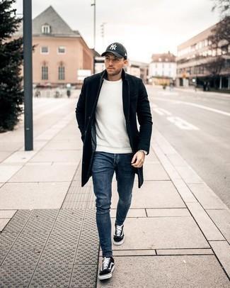 Cómo combinar una gorra de béisbol estampada en negro y blanco para hombres de 20 años: Usa un abrigo largo negro y una gorra de béisbol estampada en negro y blanco para un look agradable de fin de semana. Tenis de lona en negro y blanco son una opción incomparable para complementar tu atuendo.