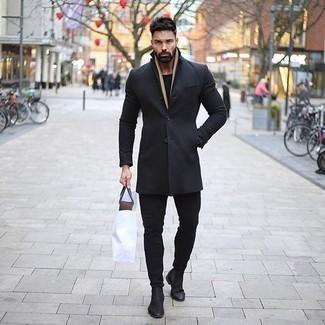Cómo combinar una bufanda marrón claro: Elige un abrigo largo negro y una bufanda marrón claro transmitirán una vibra libre y relajada. ¿Te sientes valiente? Completa tu atuendo con botines chelsea de ante negros.
