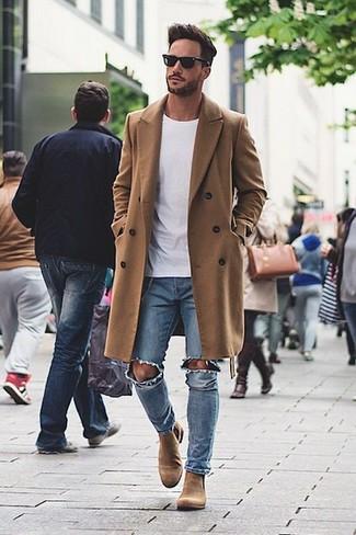 La versatilidad de un abrigo largo marrón y unos vaqueros pitillo desgastados azules los hace prendas en las que vale la pena invertir. Botines chelsea de ante marrónes son una forma sencilla de mejorar tu look.