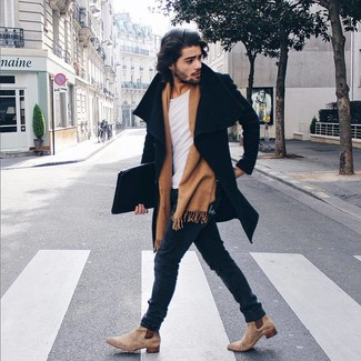 Cómo combinar: abrigo largo negro, camiseta con cuello circular blanca, vaqueros pitillo azul marino, botines chelsea de ante en beige