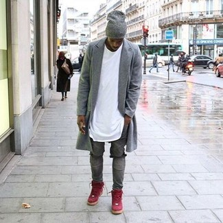 Cómo combinar: abrigo largo gris, camiseta con cuello circular blanca, vaqueros pitillo desgastados grises, zapatillas altas de ante rojas