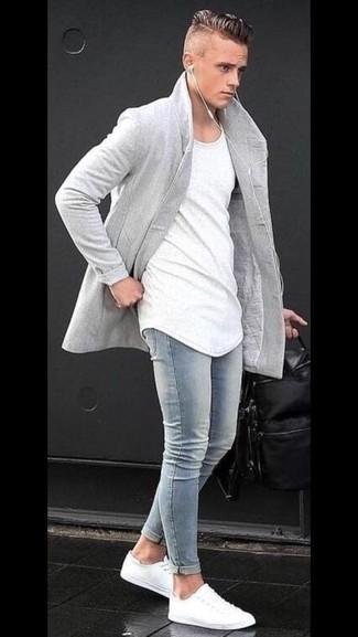 Cómo combinar: abrigo largo gris, camiseta con cuello circular blanca, vaqueros pitillo celestes, tenis blancos