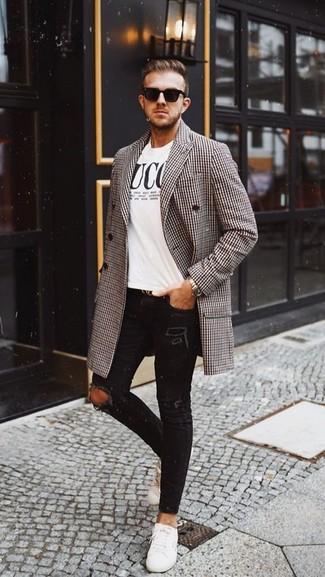 Cómo combinar: abrigo largo de pata de gallo marrón, camiseta con cuello circular estampada en blanco y negro, vaqueros pitillo desgastados negros, tenis de cuero blancos