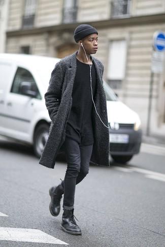 Cómo combinar una camiseta con cuello circular negra: Una camiseta con cuello circular negra y unos vaqueros pitillo en gris oscuro son una opción atractiva para el fin de semana. ¿Te sientes valiente? Complementa tu atuendo con botas casual de cuero negras.