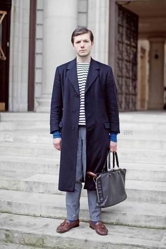 Cómo combinar un mocasín con borlas de cuero burdeos: Si buscas un look en tendencia pero clásico, utiliza un abrigo largo azul marino y un pantalón chino azul. Con el calzado, sé más clásico y haz mocasín con borlas de cuero burdeos tu calzado.