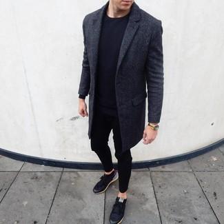 Cómo combinar: abrigo largo en gris oscuro, camiseta de manga larga negra, pantalón de chándal negro, tenis negros