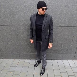 Cómo combinar: abrigo largo en gris oscuro, camiseta de manga larga negra, pantalón de vestir de lana gris, botines chelsea de cuero negros