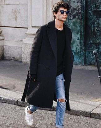 Cómo combinar unos guantes: Opta por un abrigo largo negro y unos guantes para un look agradable de fin de semana. Tenis de lona blancos son una opción muy buena para complementar tu atuendo.