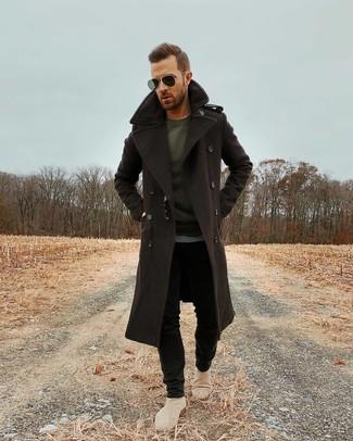 Cómo combinar: abrigo largo en marrón oscuro, camiseta de manga larga en gris oscuro, vaqueros pitillo negros, botines chelsea de ante en beige