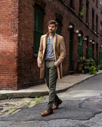 Cómo combinar: abrigo largo marrón claro, camiseta henley de manga larga gris, pantalón chino verde oliva, botas casual de cuero marrónes