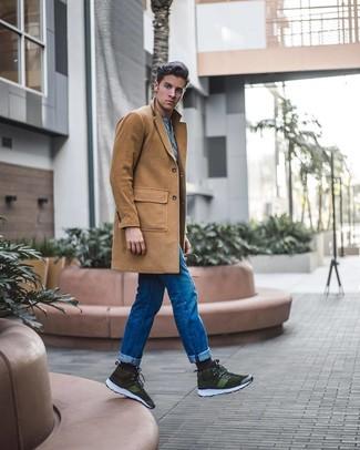 Cómo combinar: abrigo largo marrón claro, camiseta henley celeste, vaqueros azules, zapatillas altas de ante verde oliva