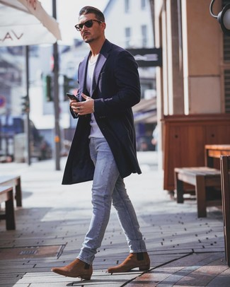 Cómo combinar: abrigo largo azul marino, camiseta sin mangas blanca, vaqueros pitillo celestes, botines chelsea de ante en tabaco