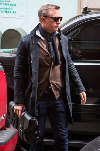Look de Daniel Craig: Abrigo Largo Negro, Cárdigan Marrón, Camisa de Manga Larga Blanca, Vaqueros Azul Marino