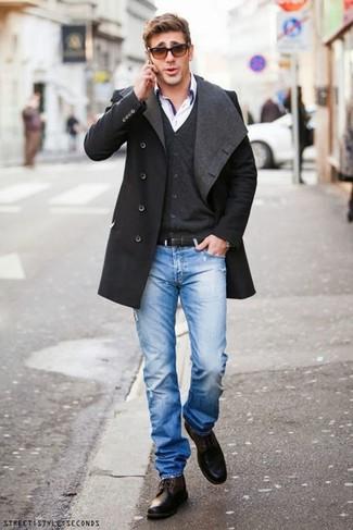 Cómo combinar unos vaqueros desgastados azules: Intenta combinar un abrigo largo en gris oscuro con unos vaqueros desgastados azules para una vestimenta cómoda que queda muy bien junta. Con el calzado, sé más clásico y elige un par de botas casual de cuero en marrón oscuro.