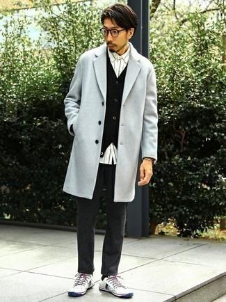 Cómo combinar un cárdigan negro: Utiliza un cárdigan negro y un pantalón chino de lana en gris oscuro para cualquier sorpresa que haya en el día. ¿Quieres elegir un zapato informal? Complementa tu atuendo con tenis de lona en blanco y azul marino para el día.