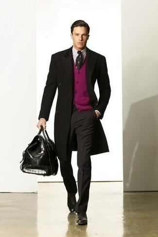 Cómo combinar: abrigo largo negro, cárdigan morado, camisa de vestir de rayas verticales blanca, pantalón de vestir en gris oscuro