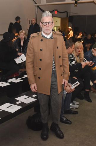 Look de Nick Wooster: Abrigo largo marrón claro, Cárdigan a cuadros en negro y blanco, Camisa de vestir blanca, Pantalón de vestir de lana de espiguilla gris